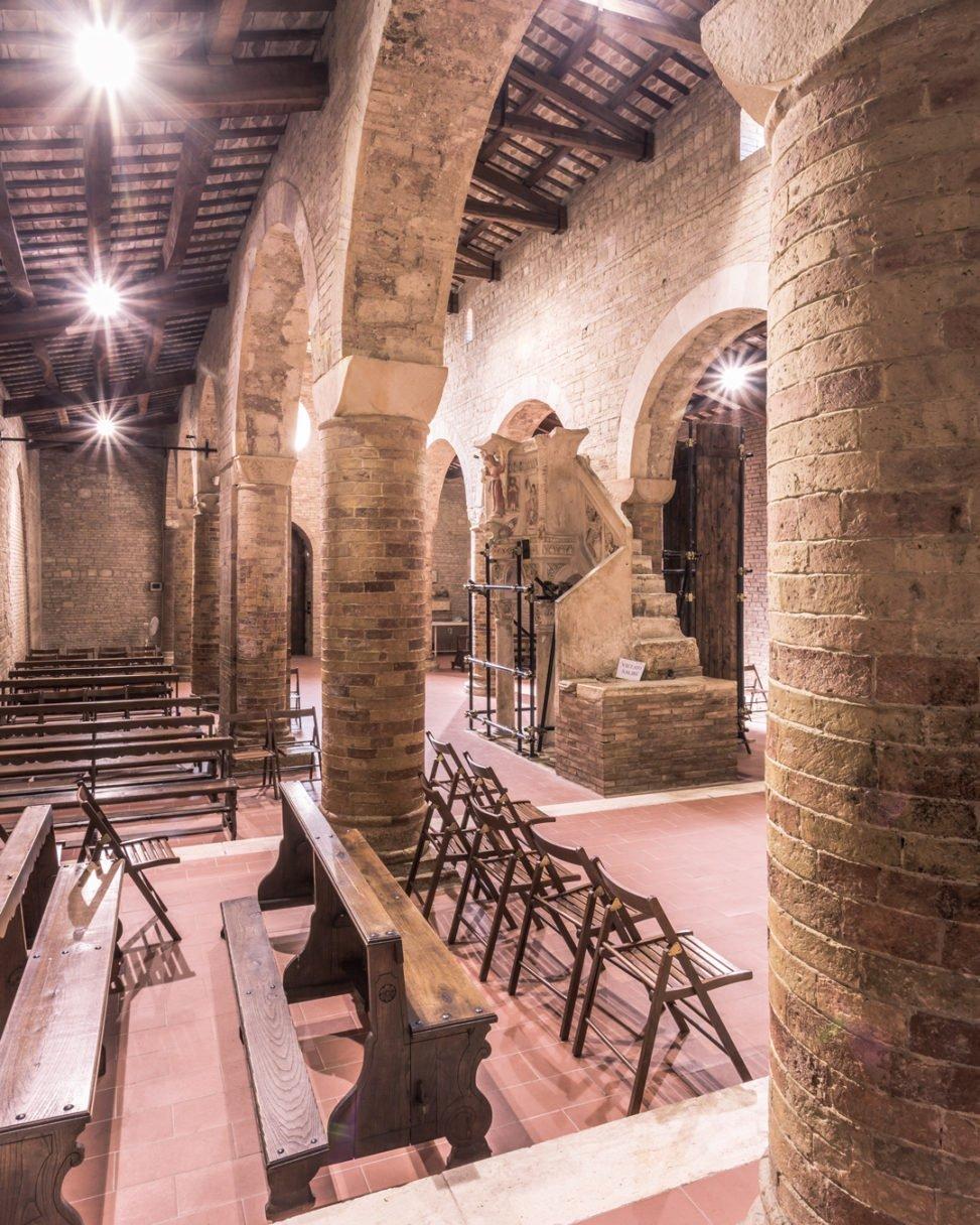 Santa Maria del Lago, Moscufo: navata destra e ambone