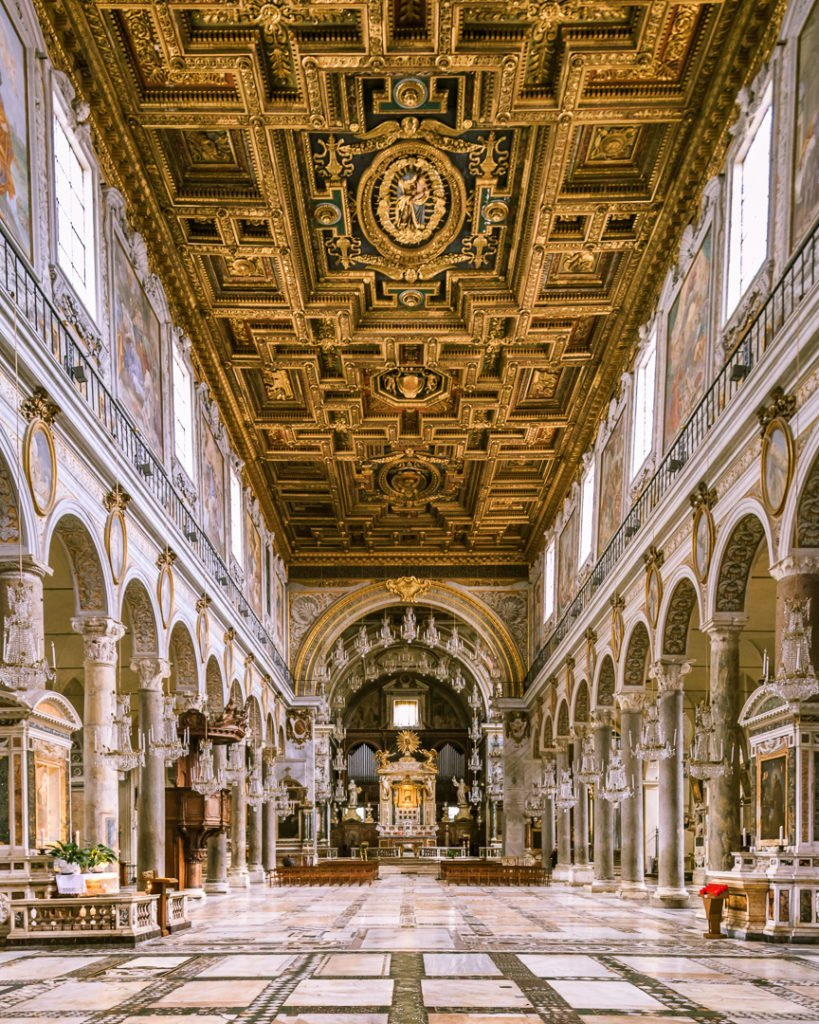Santa Maria in Aracoeli, navata centrale. Roma.
