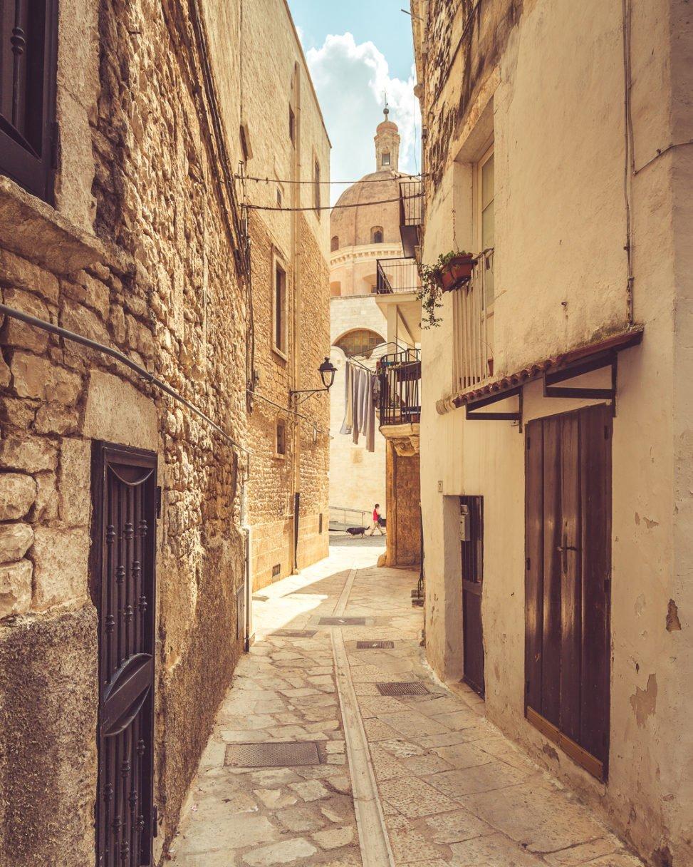 Bitetto, cupola del Santissimo vista da un vicolo del borgo